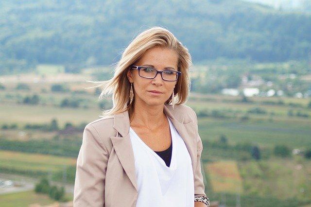 blondýna v saku