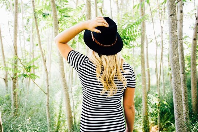 blondýna v lese
