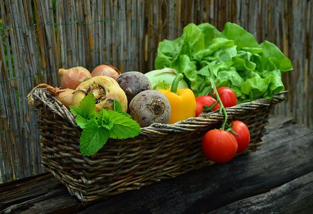 zelenina v proutěném truhlíku